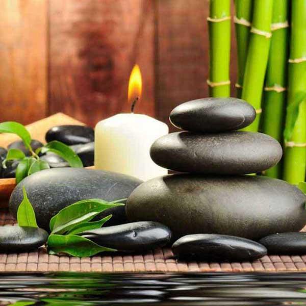 Le massage aux pierres chaudes également appelé « stone therapy » est un soin qui procure une sensation de bien-être et de détente dans tout le corps.