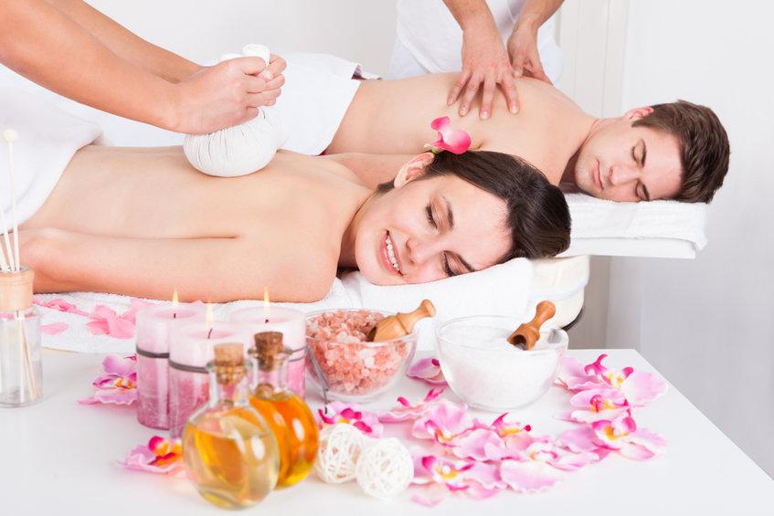 Jeune homme et belle femme se faisant masser dans un spa à Bruxelles grace au bon cadeau de chez être et paraitre
